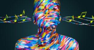 pomalowana farbkami kobieta słuchająca muzyki