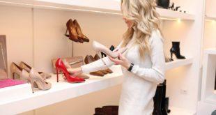 kobieta wybierająca buty w sklepie