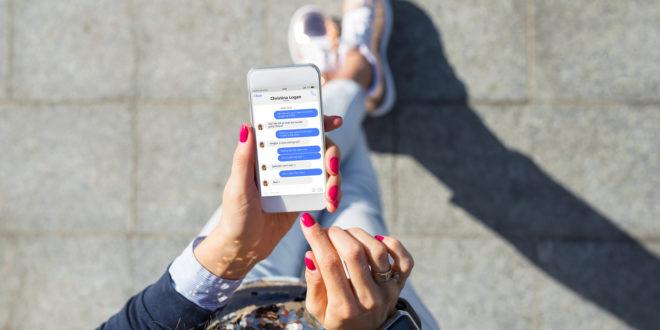 Młoda kobieta obsługuje iPhone