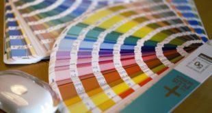 Próbnik kolorów na biurku