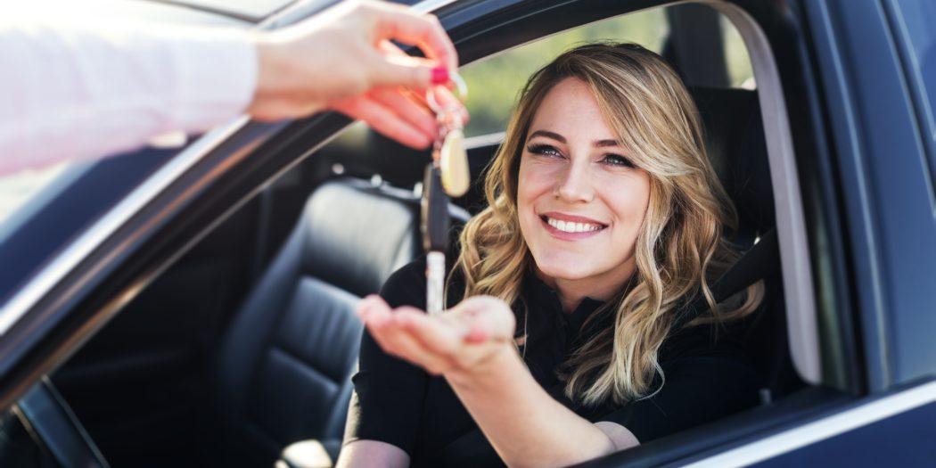 kobieta w samochodzie odbierająca kluczyki