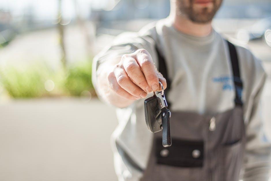 Mechanik oddaje kluczyk samochodu