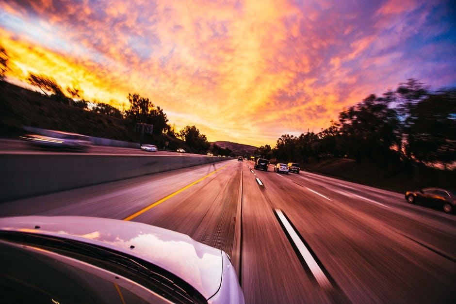 Podróż samochodem o zachodzie słońca