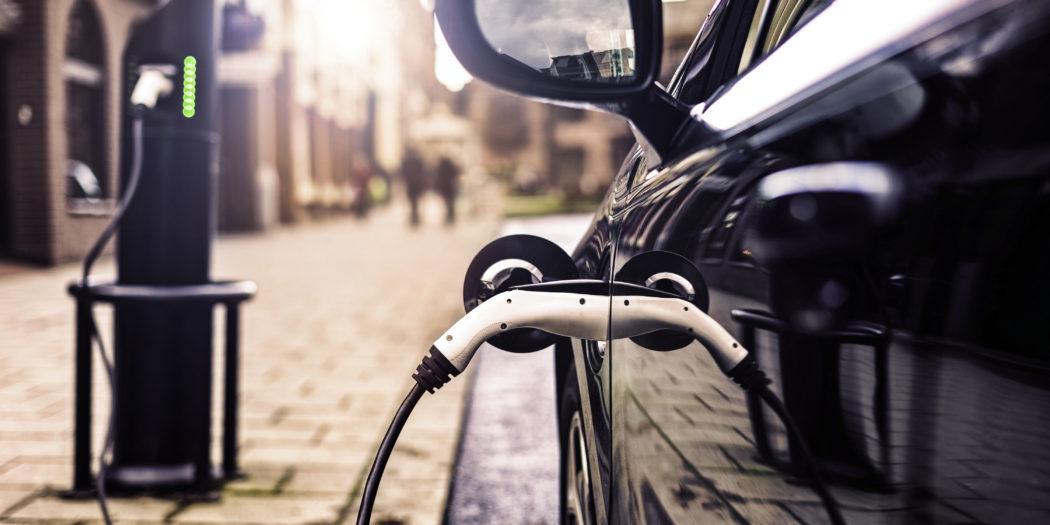 samochód elektryczny na ładowarce