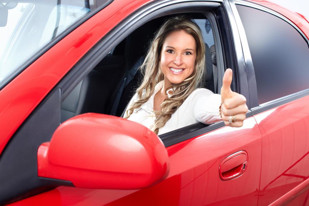 Zadowolona klientka wypożyczalni samochodów