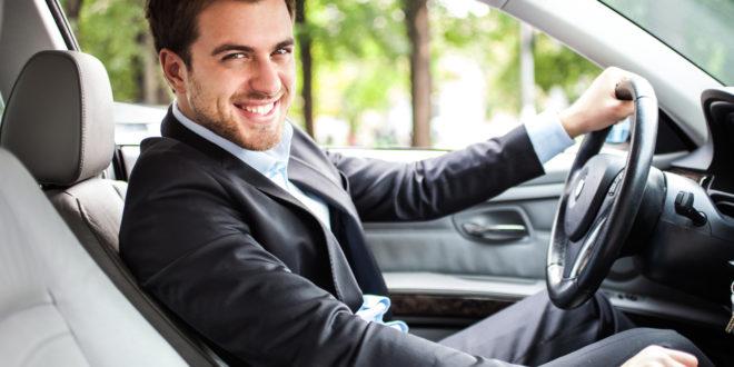 Elegancki mężczyzna prowadzi wynajęty samochód