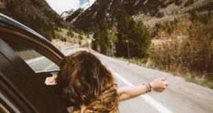 Kobieta podróżująca autem osobowym