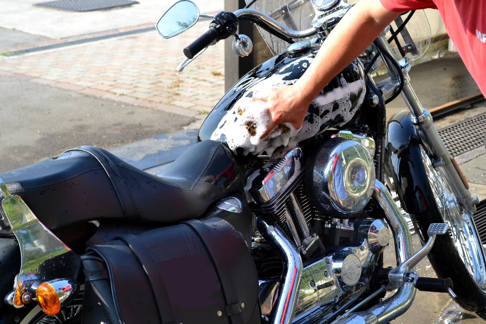 Mężczyzna myje swój motocykl