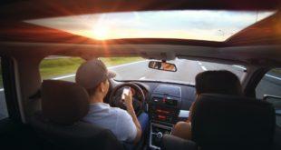 On i ona podróżują wynajętym samochodem