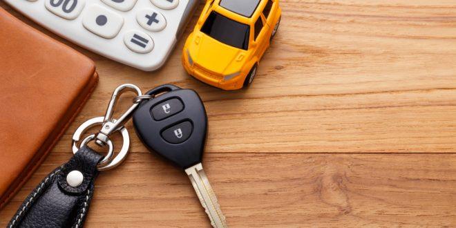 Samochód i kluczyki na blacie