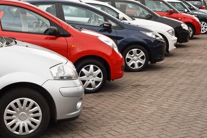 samochody stojące na parkingu
