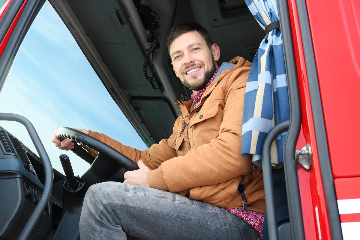 Wypoczęty i zadowolony kierowca ciężarówki