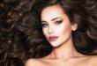 piękna brunetka z długimi kręconymi włosami