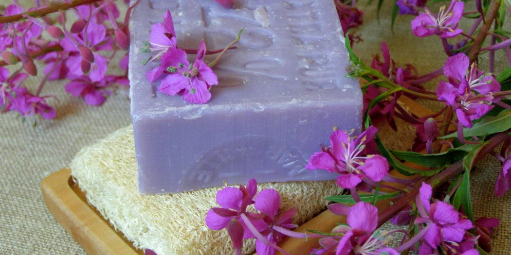 Mydło naturalne i fioletowe kwiaty