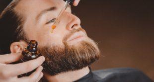 Mężczyzna nakłada olejek do brody