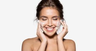 kobieta myjąca twarz pianką