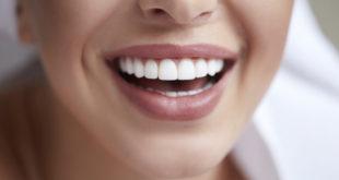 zbliżenie na piękny kobiecy uśmiech białe zęby