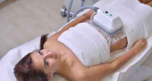 kobieta podczas zabiegu kriolipolizy na brzuch