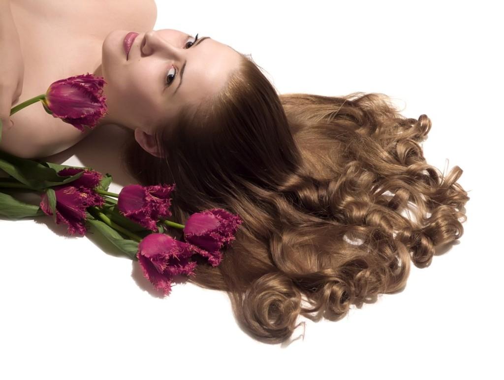 Naturalne piękno kręconych włosów