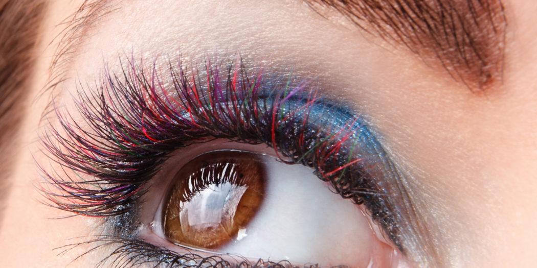kobiece oko z kolorowymi rzęsami