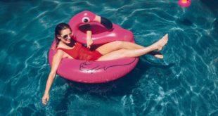 Kobieta bawi się w basenie
