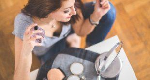 Kobieta używa idealnych perfum