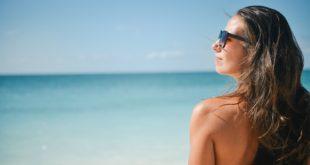 Kobieta na plaży w słońcu