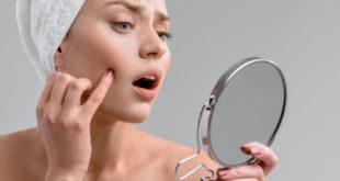 Kobieta sprawdza stan skóry