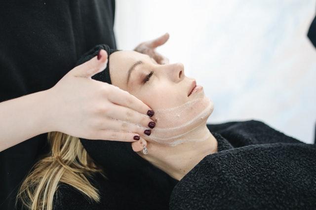 kobieta u kosmetyczki zabieg kosmetyczny