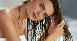 Kobieta w trakcie pielęgnacji włosów