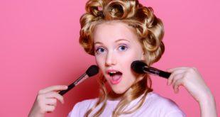 Kobieta z pędzlami do makijażu