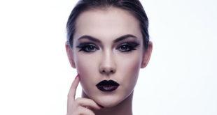 Kobieta z pięknie wymodelowaną twarzą