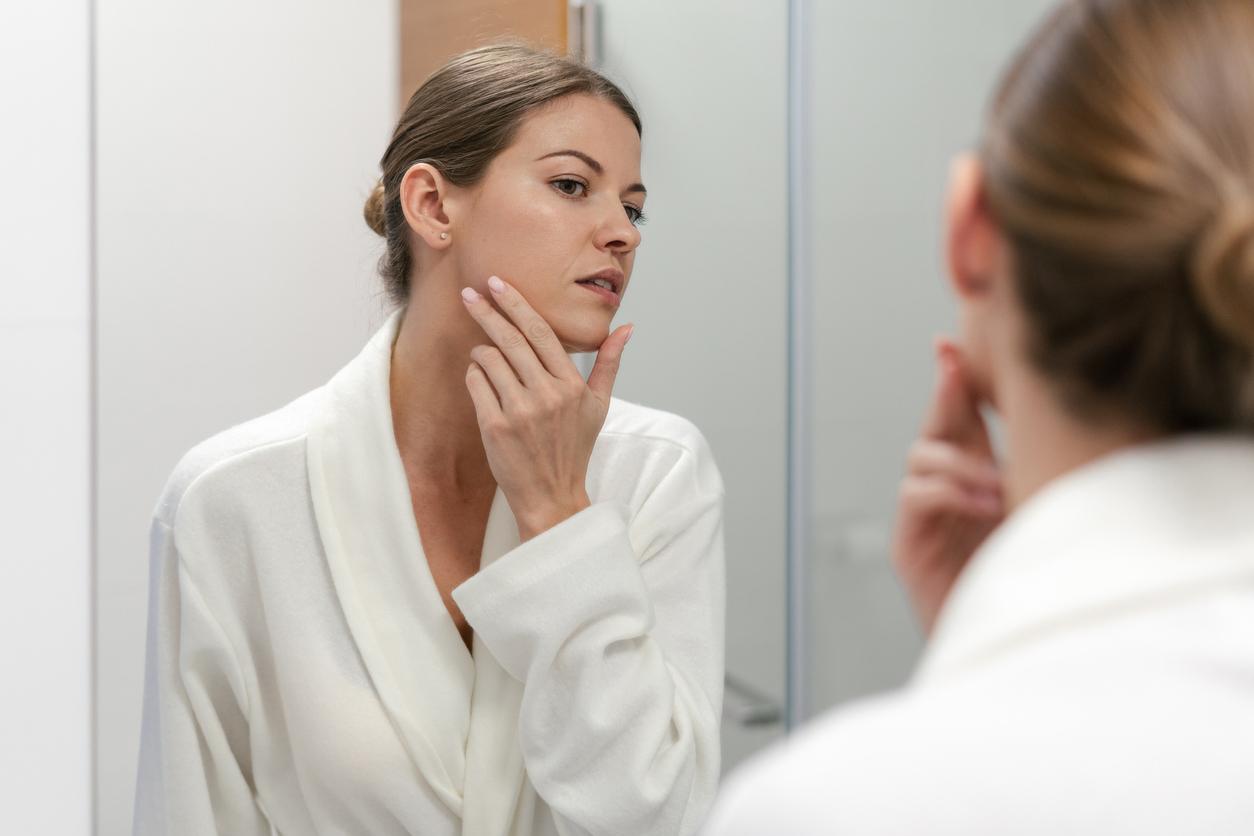 kobieta w łazience przed lustrem trądzik dorosłych