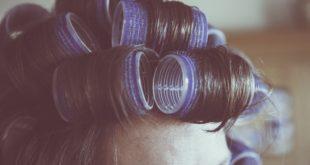 Kobieta z wałkami na głowie