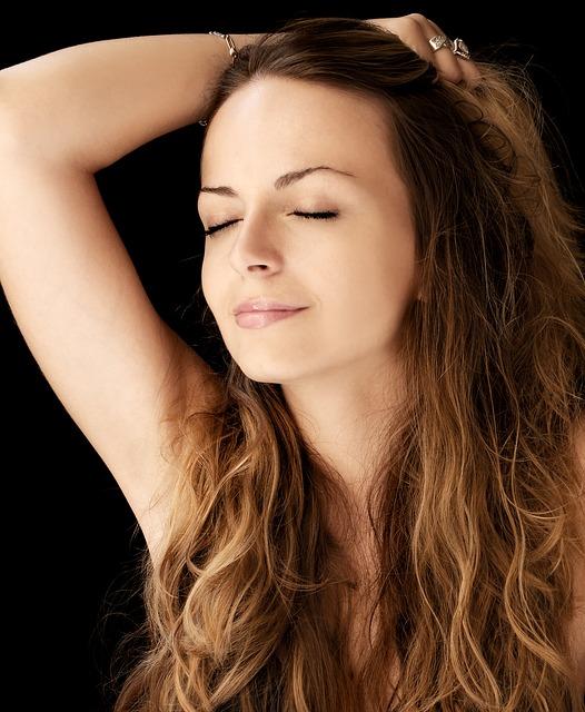 Młoda kobieta prezentuje piękne włosy