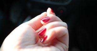 Czerwone hybrydowe paznokcie