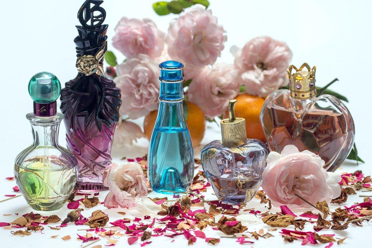 perfumy w ozdobnych buteleczkach