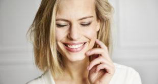 piękna uśmiechnięta kobieta młoda blondynka