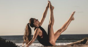 wygimnastykowana zgrabna kobieta na plaży