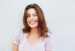 usmiechnięta kobieta w letnim t-shircie