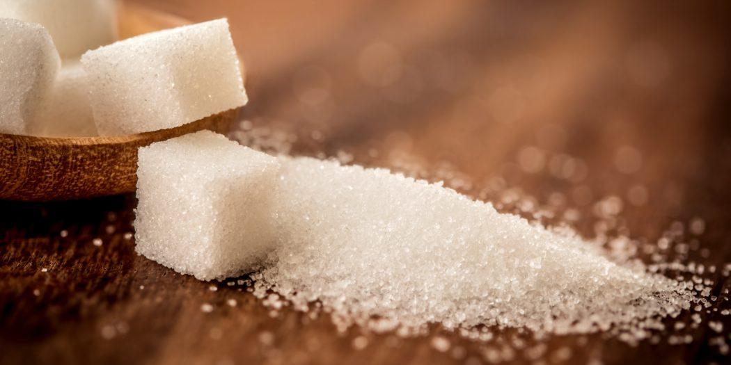 cukier w kostkach i rozsypany cukier na stole