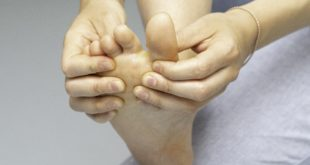 Kobieta ogląda palce u nóg