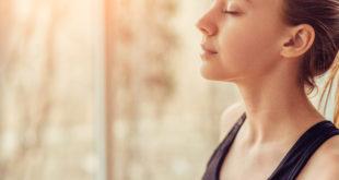 kobieta robiąca ćwiczenia oddechowe