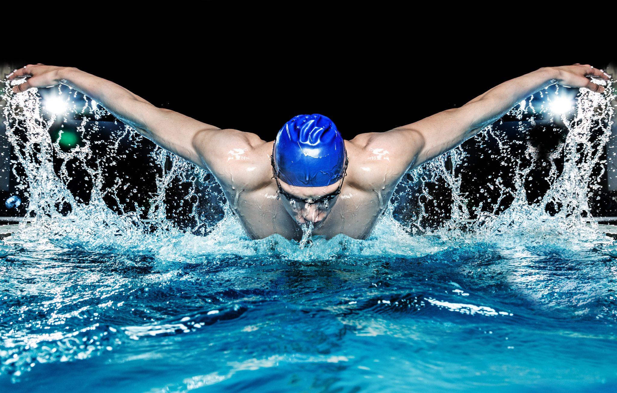 młody muskularny mężczyzna płynący w basenie
