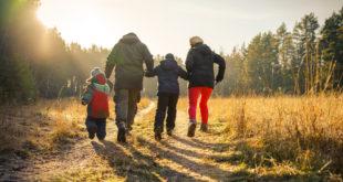 rodzina zimowy spacer