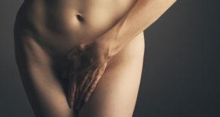 Kobieta z ręką na łonie