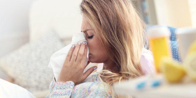 Kobieta z katarem leczy przeziębienie