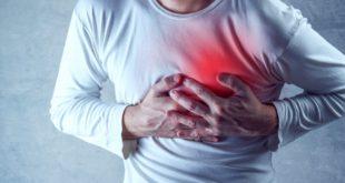 Mężczyzna czuje ból w klatce piersiowej