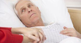 Mężczyzna w łóżku szpitalnym