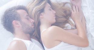 Para w łóżku - spokojny sen